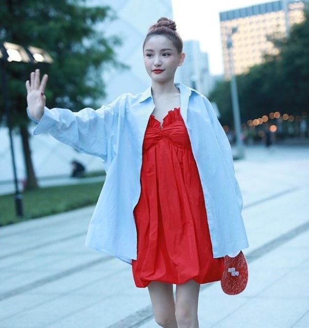 林小宅街拍:男友衬衣红色花苞裙 厚底马丁靴青春美少女