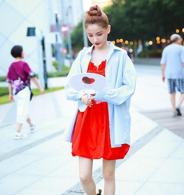 林小宅街拍男友衬衣红色花苞裙Dr.Martens厚底马丁靴青春美少女