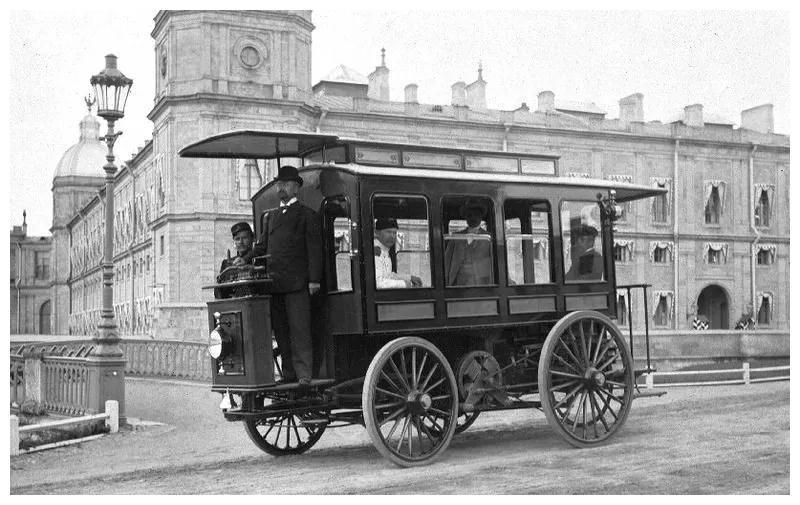 1900年,俄罗斯圣彼得堡,一种利用蓄电池来开动的公交车