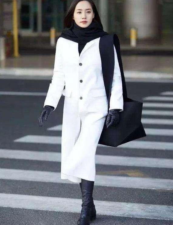 """今秋火了一件单品,叫""""白色风衣"""",优雅显气质,满满的高级感!"""
