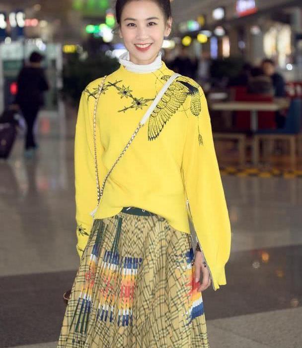 黄圣依机场街拍衣品超好,穿黄色针织衫配半身裙,美回颜值巅峰