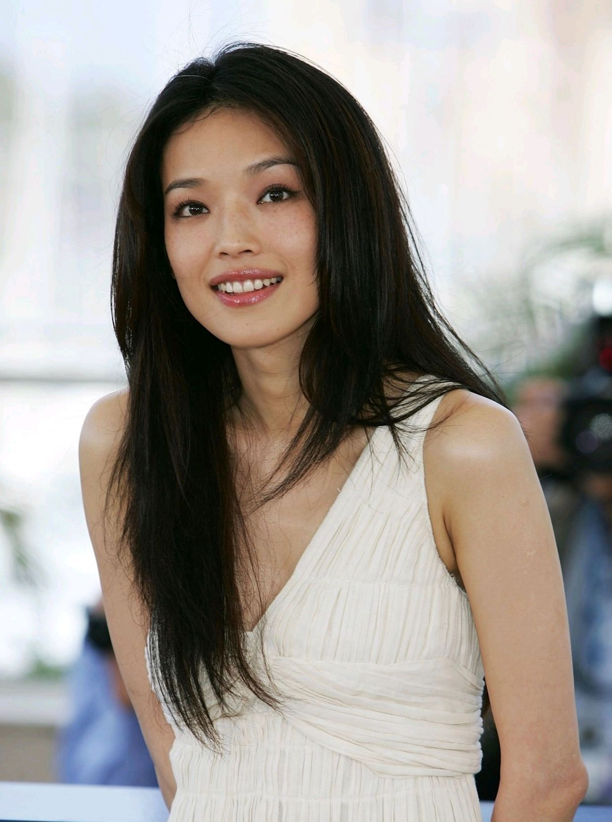 舒淇电影节时尚穿搭,米白色长裙清透优雅,妆容清透微带小烟熏