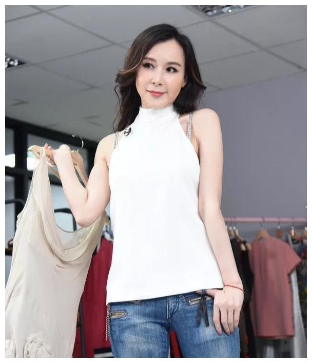 52岁萧蔷公开卖衣服,露肩带也不掩饰,25岁都没这么时髦!