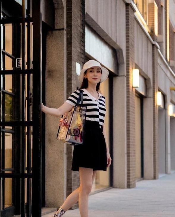 49岁万绮雯近照美成少女!穿黑裙秀身材,42英寸漫画腿太优越