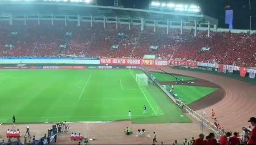 国足对阵关岛赛前,看台球迷齐声高唱《我和我的祖国》!