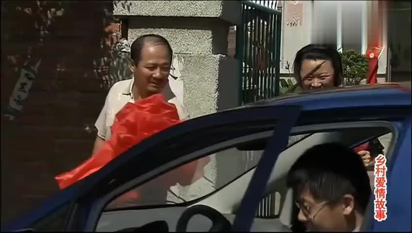 广坤家买了全村第一辆小汽车,嘚瑟:让全村人都知道老谢家有车了
