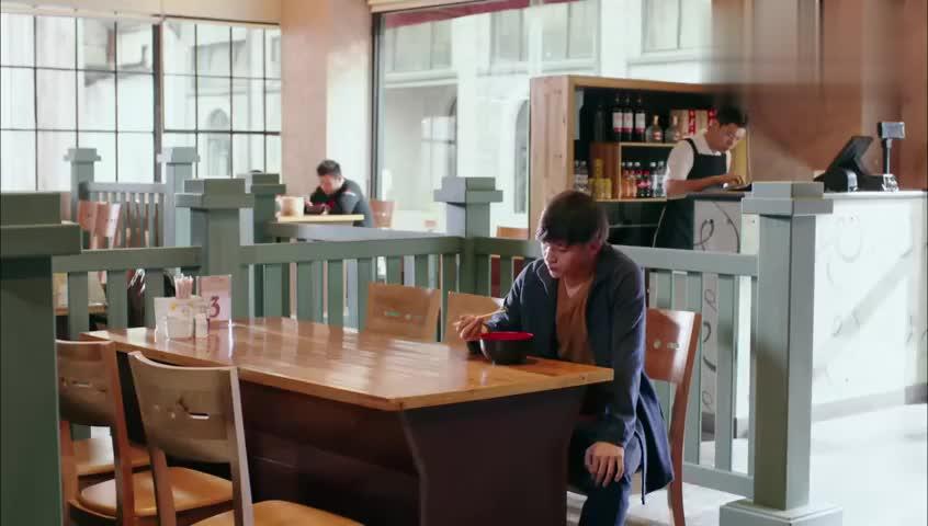 小伙餐厅吃饭竟然吃出钢丝!老板一脸懵,还被客人怒骂老年痴呆