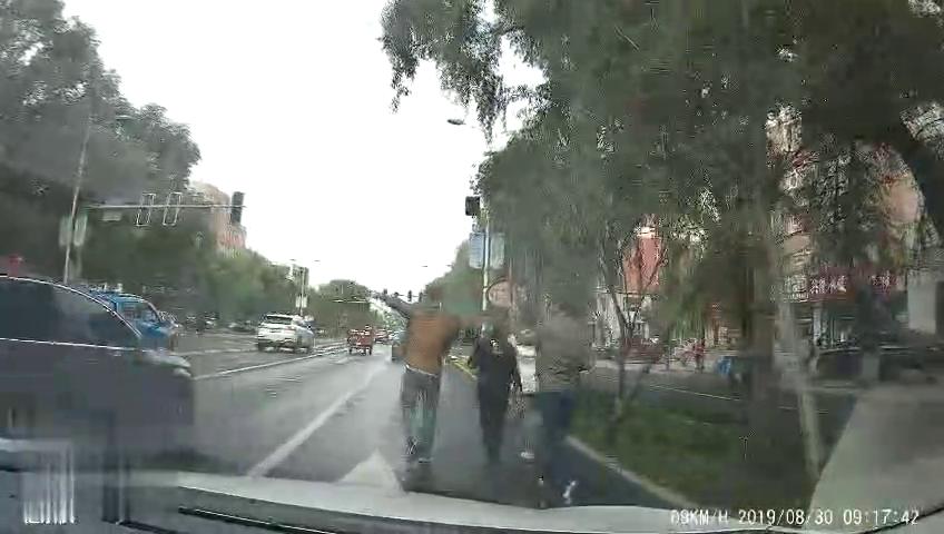 吐槽不文明希望以后行人也能遵守交通法规吧