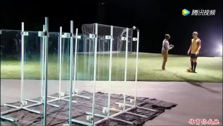 用玻璃测试C罗射门,碎这么多肯定不是国产玻璃