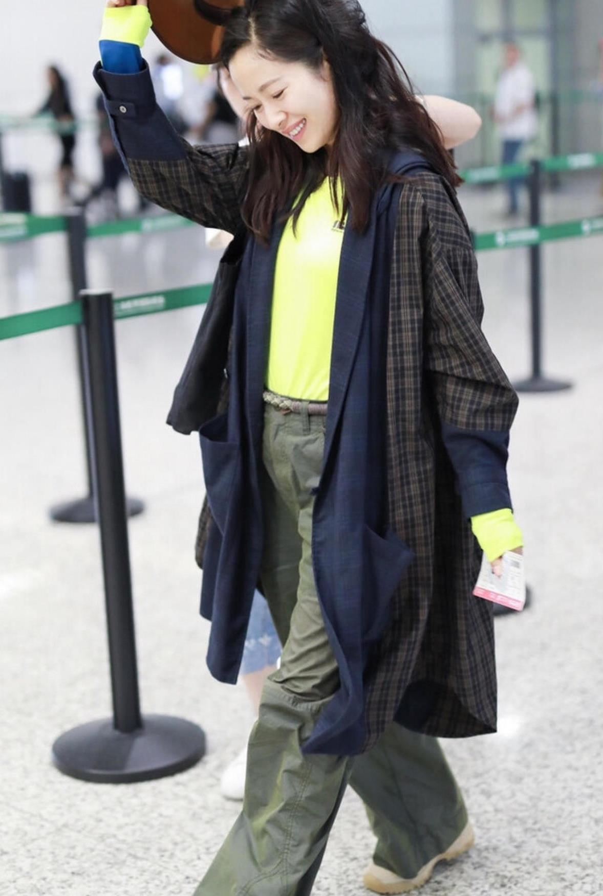 """江一燕的时尚感真""""不赖"""",穿格纹大衣配荧光绿打底衫,气场全开"""