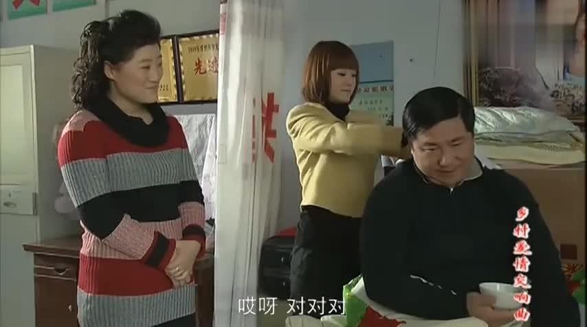 小李给刘大脑袋治疗,不料刘大脑袋让妻子也体验下,妻子感觉挺疼