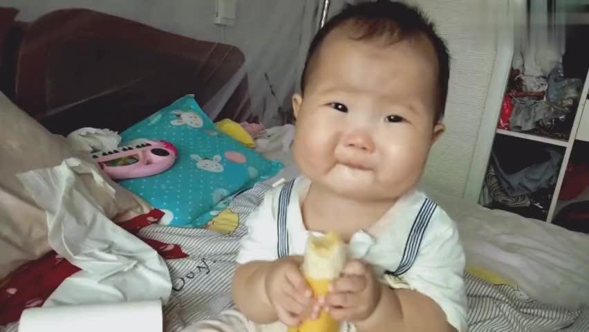 七个月的小吃货,抱着个香蕉大口的啃样子,超可爱