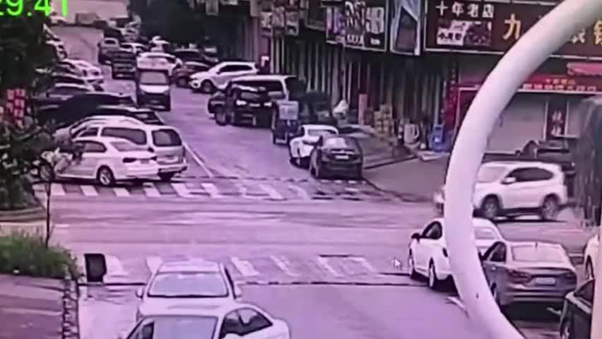 电车小哥路口疾驰撞上转弯的小车,没想到佩戴的头盔救了自己一命
