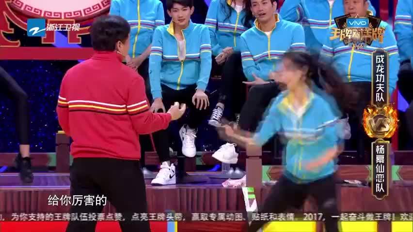 黄梦莹挑战成龙,被成龙追的满场跑,下一秒回首一巴掌惊呆众人!