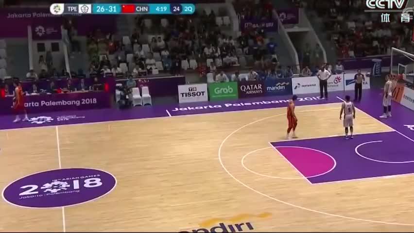 激情庆祝,中国台北男篮很快将比分追近,主教练高举双拳庆祝