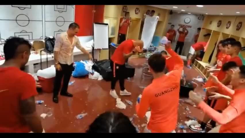 恒大夺冠更衣室嗨翻天!教练组惨遭整蛊,塔利斯卡专业浇水二十年