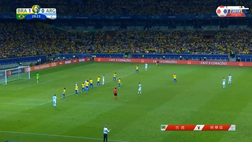 巴西队逃过一劫!梅西主罚高质量任意球,阿奎罗头球摆渡击中门框