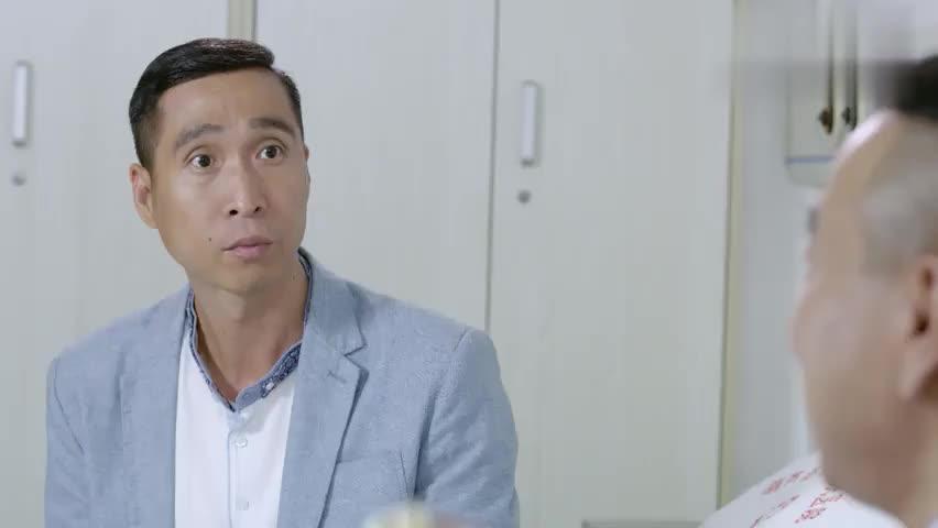 福星盈门:帅哥吃油条,二傻子一直盯着看也想吃,不给吃差点就哭