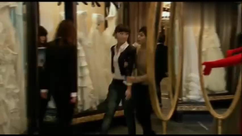 林师傅在首尔:善姬腿受伤,林飞为她买药敷药,善姬心里美滋滋