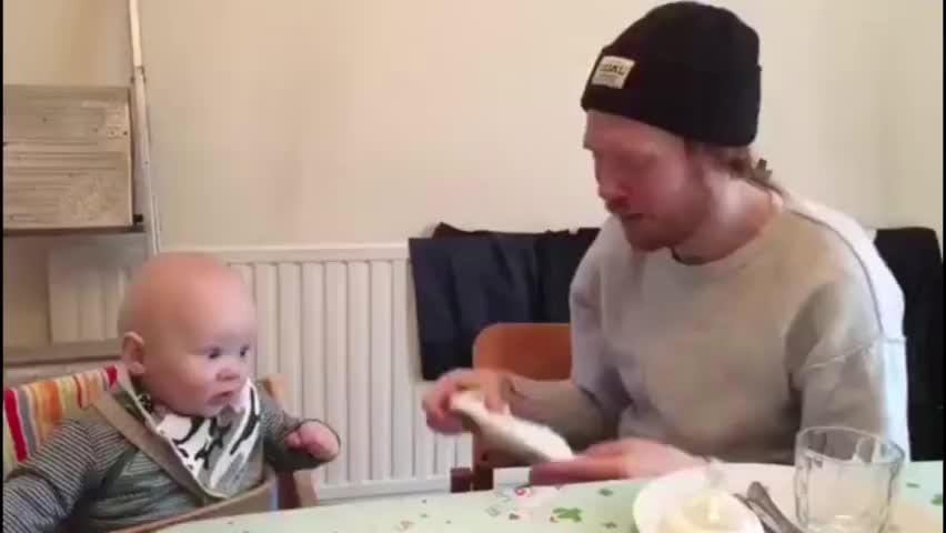 爸爸擤鼻涕声音太大了,一旁的小宝宝瞬间吓懵,却把妈妈笑趴了