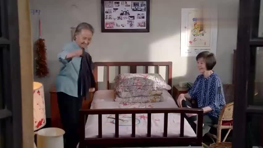 空巢老人找姐姐谈心,两人回忆着曾经,真美好!