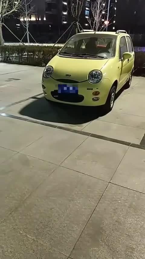视频:一辆黄色奇瑞QQ小轿车