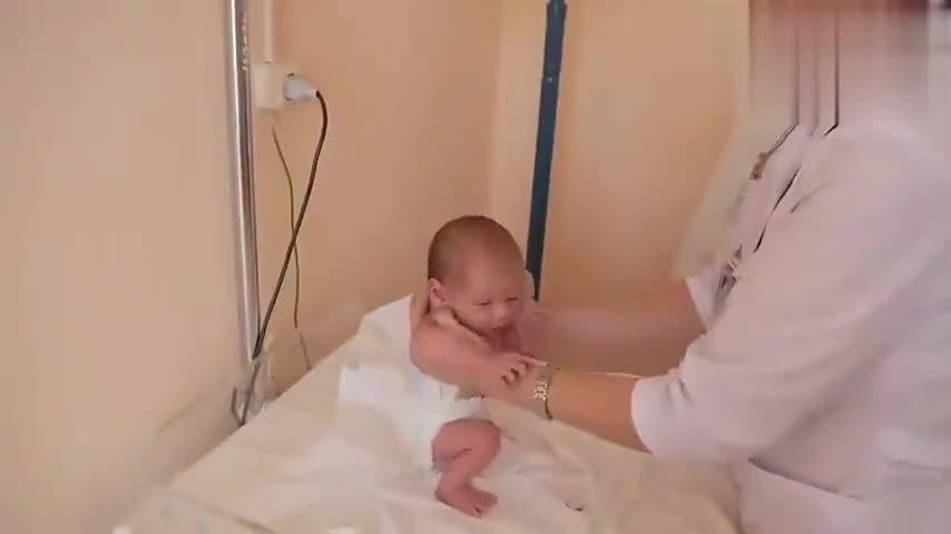 神奇!医生给宝宝检查踏步反射,只有新生儿才有的特殊反应