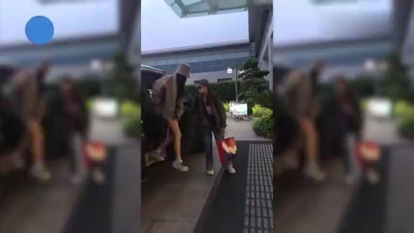 """杨幂现身杭州机场 穿牛仔短裤秀美腿 给粉丝偷偷""""比耶""""太可爱"""
