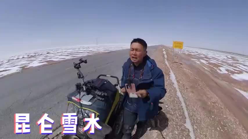 徒步西藏,在可可西里无人区严重缺水,在路边小水沟中取水饮用!
