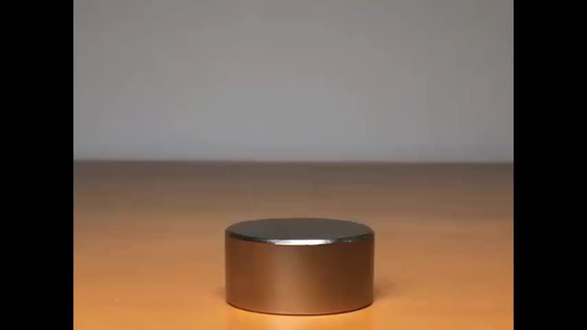 超强钕磁铁的磁场作用下,钉子的尖端被牢牢吸附在玻璃罩上
