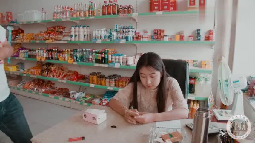学生去超市买东西,只问价格却不买,原来是为了完成家庭作业
