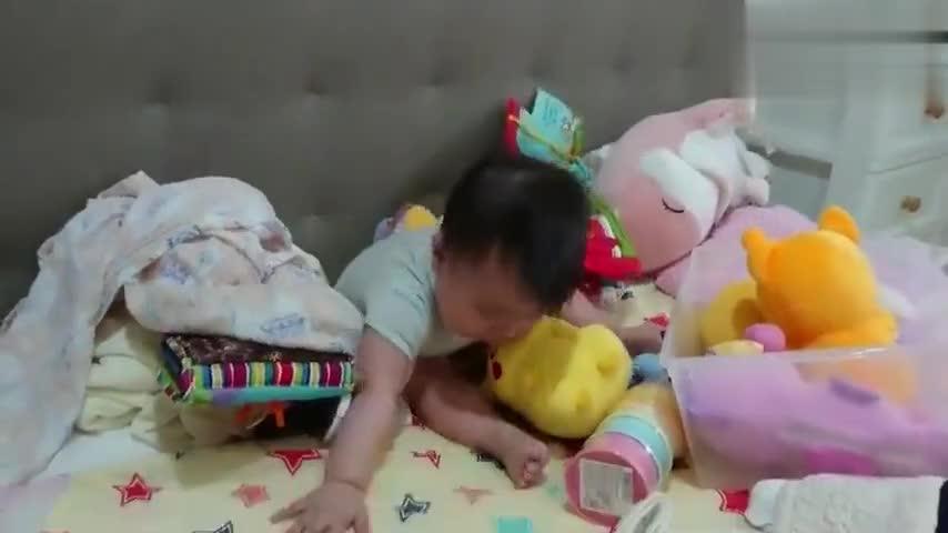话痨宝宝一边玩边嘴里嘟囔个不停,谁给翻译翻译他这是在说啥!