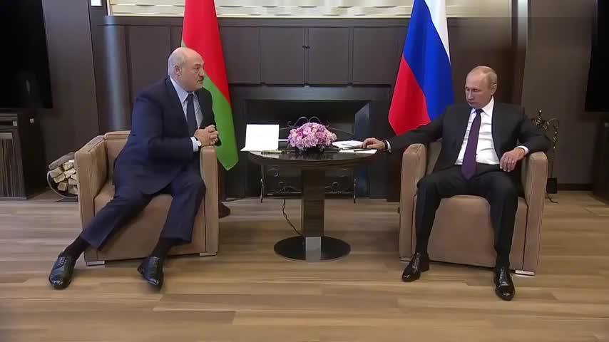 卢卡申科在说什么,普京和你一样都不需要听,肢体语言说明了一切