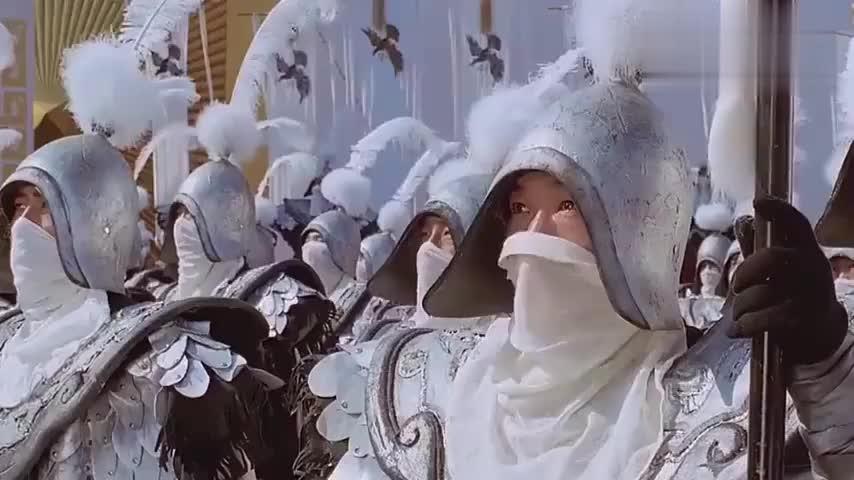 王妃登场士兵们看呆,脱去一件衣服放下兵器,再脱直接倒戈!