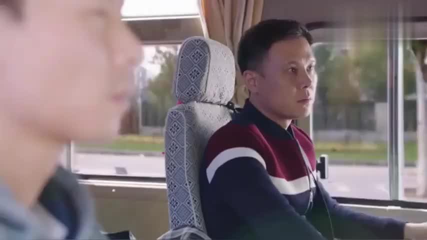 咱家:司机跟朋友吹嘘自己女朋友,哪料女友母亲就在旁边,尴尬了