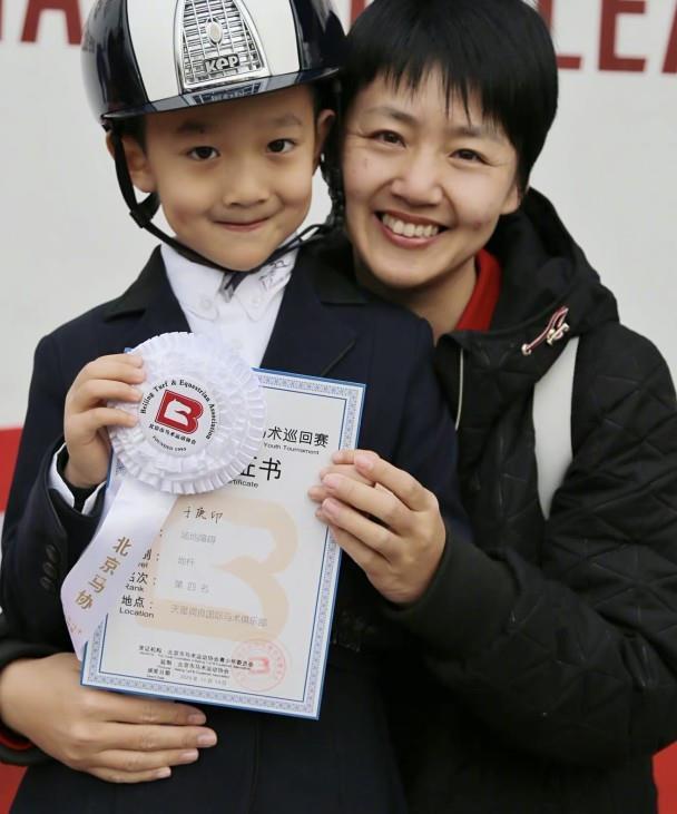 于谦晒儿子领奖照片,和妈妈白慧明颜值太像,帅气可爱