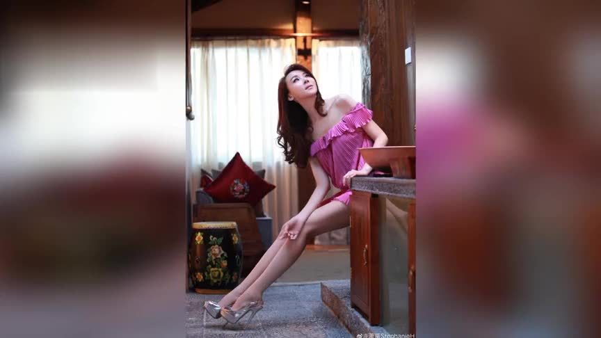 51岁萧蔷晒粉色系美照少女心十足,穿抹胸荷叶短裙秀香肩美腿撩人