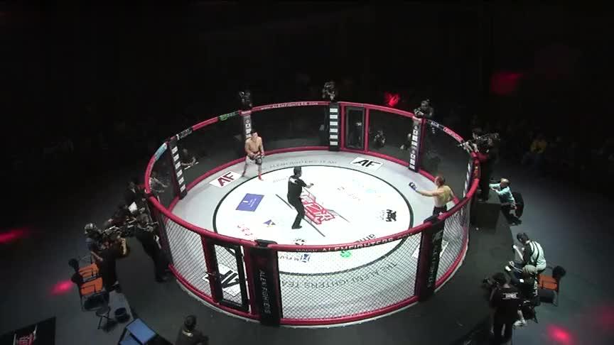 日本拳王一身肌肉纸老虎,逃跑失败被锁脖子哇哇大哭