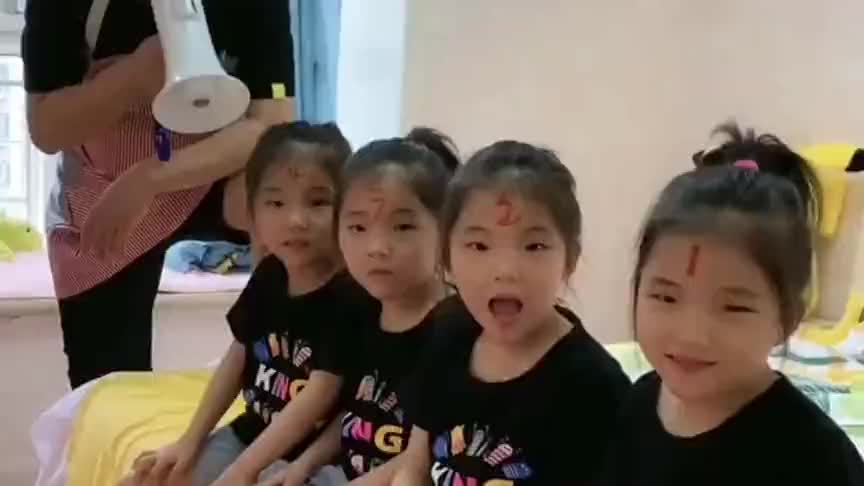 爸爸在家带四胞胎女儿,孩子多了只能这样军事化训练,太厉害了!