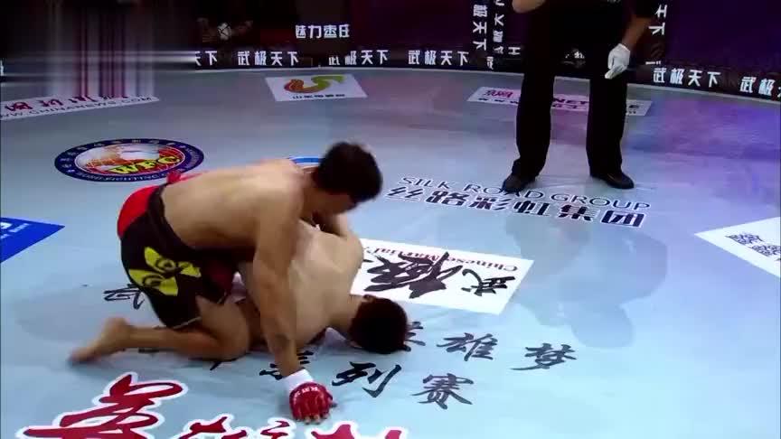 日本狂人躺地耍无赖,彝族硬汉一顿暴打,赛后一脸血的跪在台上