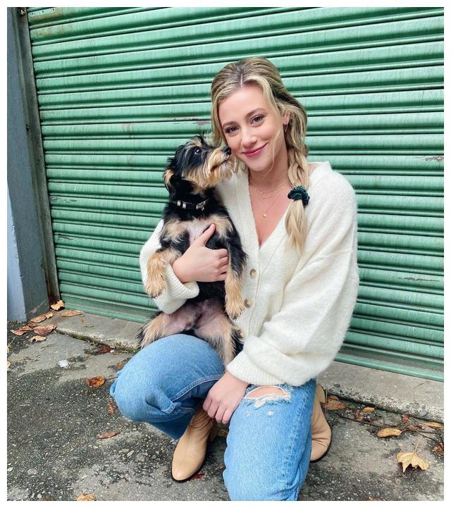 女星莉莉·赖因哈特身穿白色毛衣的社交媒体自拍照片