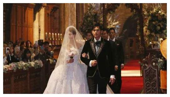 杨幂当然爱过刘恺威,为他结婚生孩子,连婚礼都挑简单的举办