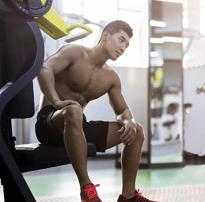 健身房挥汗如雨,练就一身健硕肌肉,男人雄性魅力到处弥漫