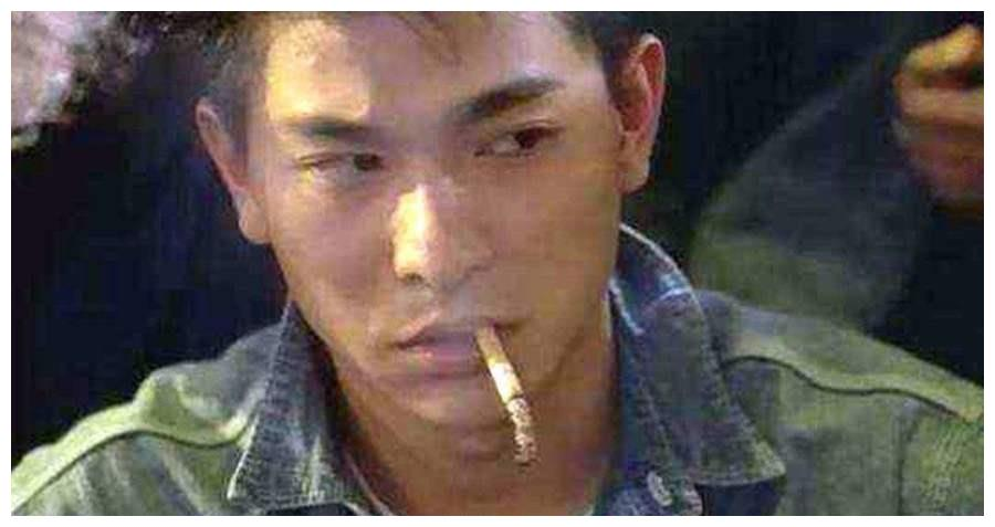 明星电影中的抽烟境界,刘德华不掉灰,王宝强的无奈,看到周星驰