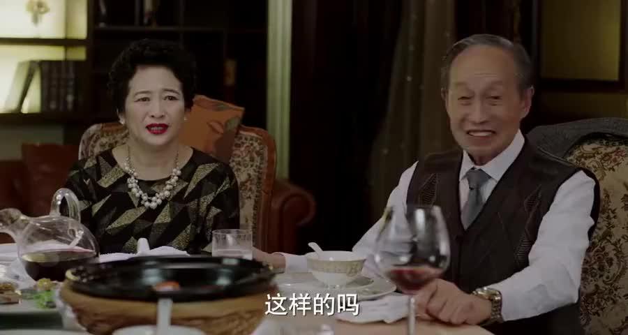 甄太太老树开花笑脸开,两女儿表示支持,子群:你看狼外婆的脸