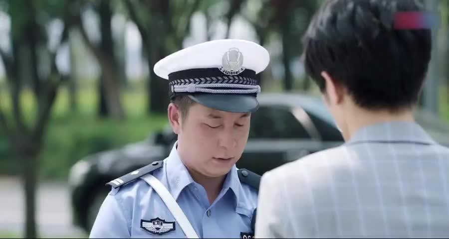 总裁出示驾驶证给交警,交警说他女朋友该多看一下交通法规了