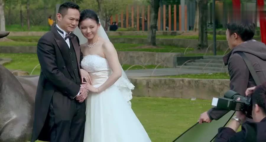 大肚子孕妇走在街上,却看到老公和别的女人在拍婚纱照