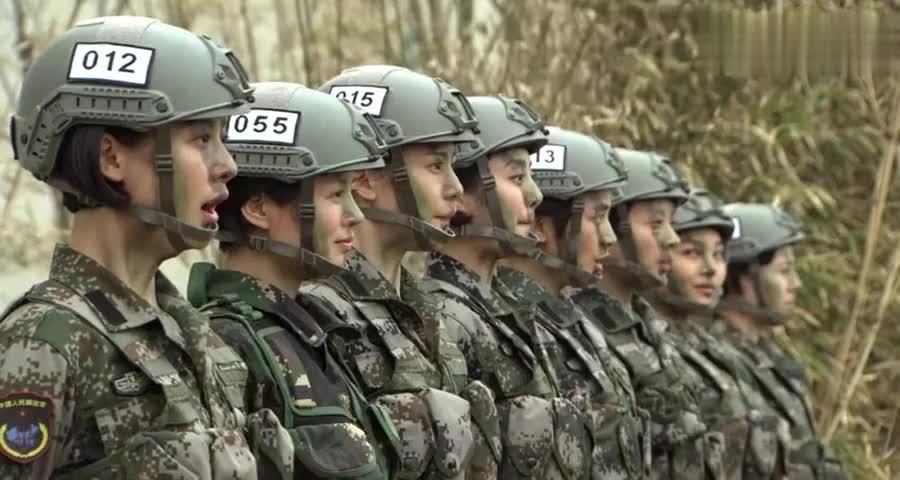特种女兵进行攀爬训练,不料当教官看到女兵的速度时,直接看懵