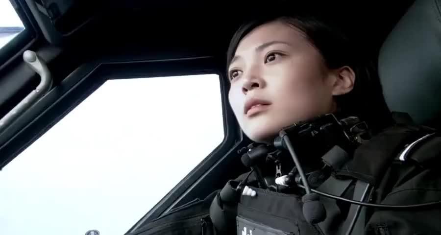 宝马女车主撞上特警车,嚣张大喊要赔偿,不料车里人下来后呆住了