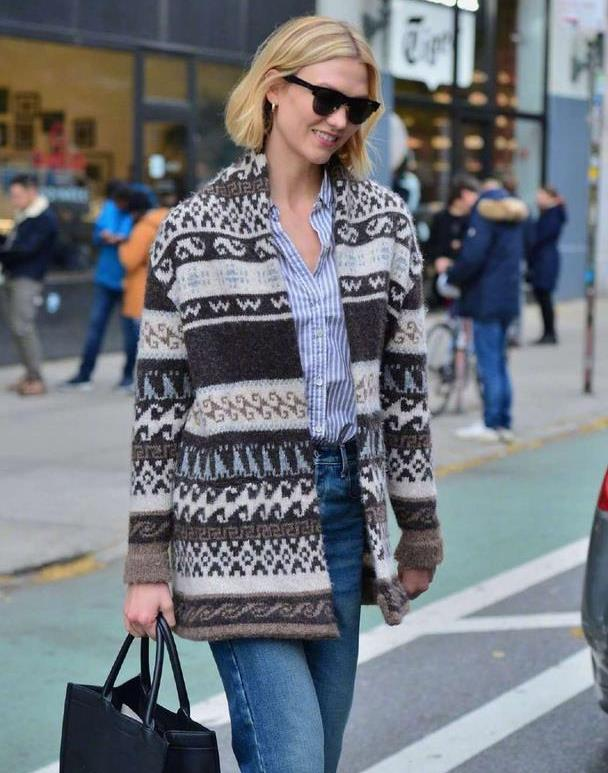 小KK 身穿毛衣外套,手拎 Dior包,佩戴墨镜在纽约外出的街拍